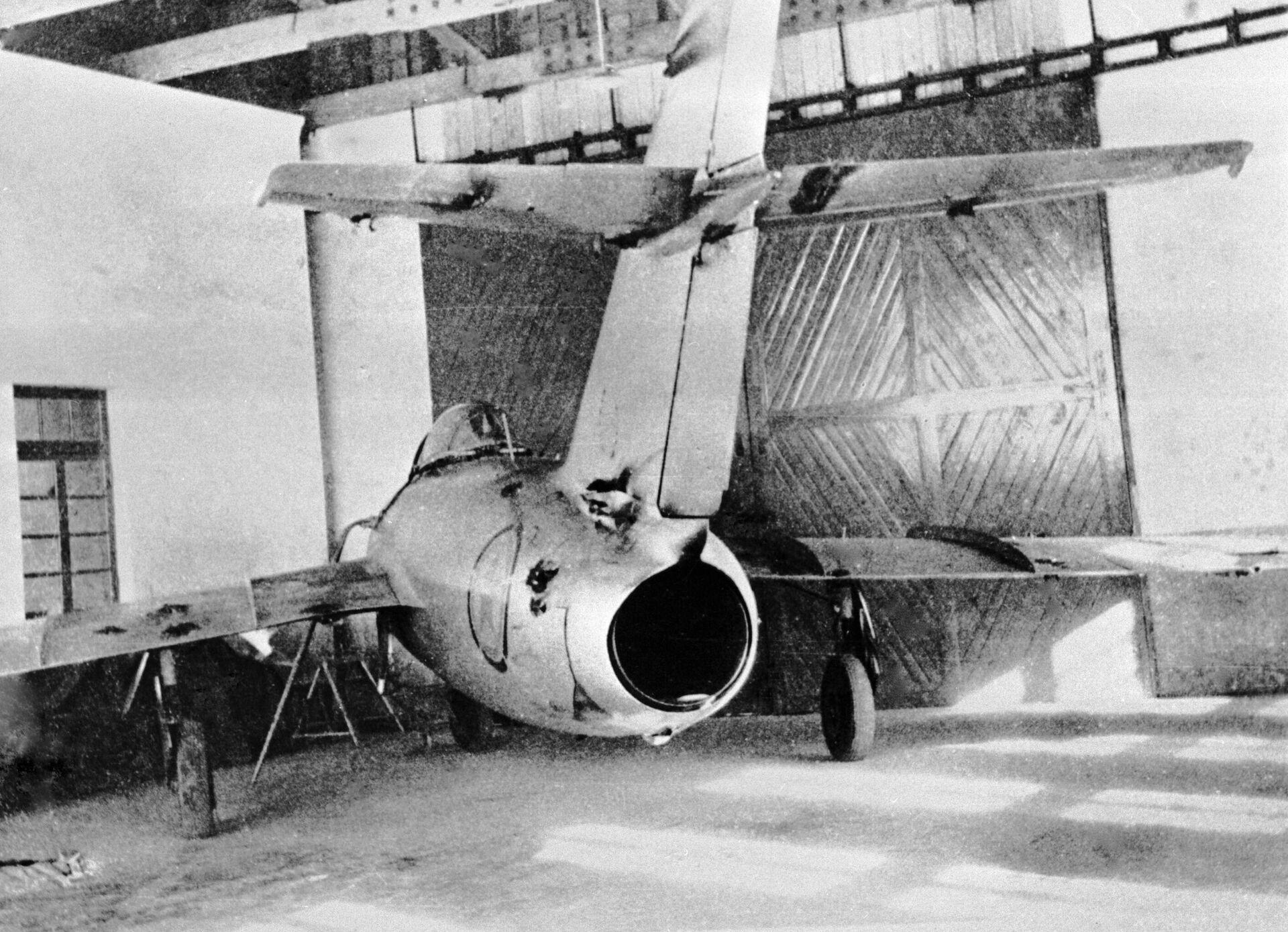Cоветский истребитель МиГ-15 с пробоинами после воздушного боя во время войны в Корее - РИА Новости, 1920, 25.11.2020