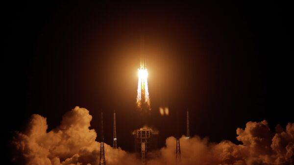 Запуск аппарата Чанъэ-5 при помощи ракеты-носителя Чанчжэн-5 с космодрома Вэньчан в провинции Хайнань