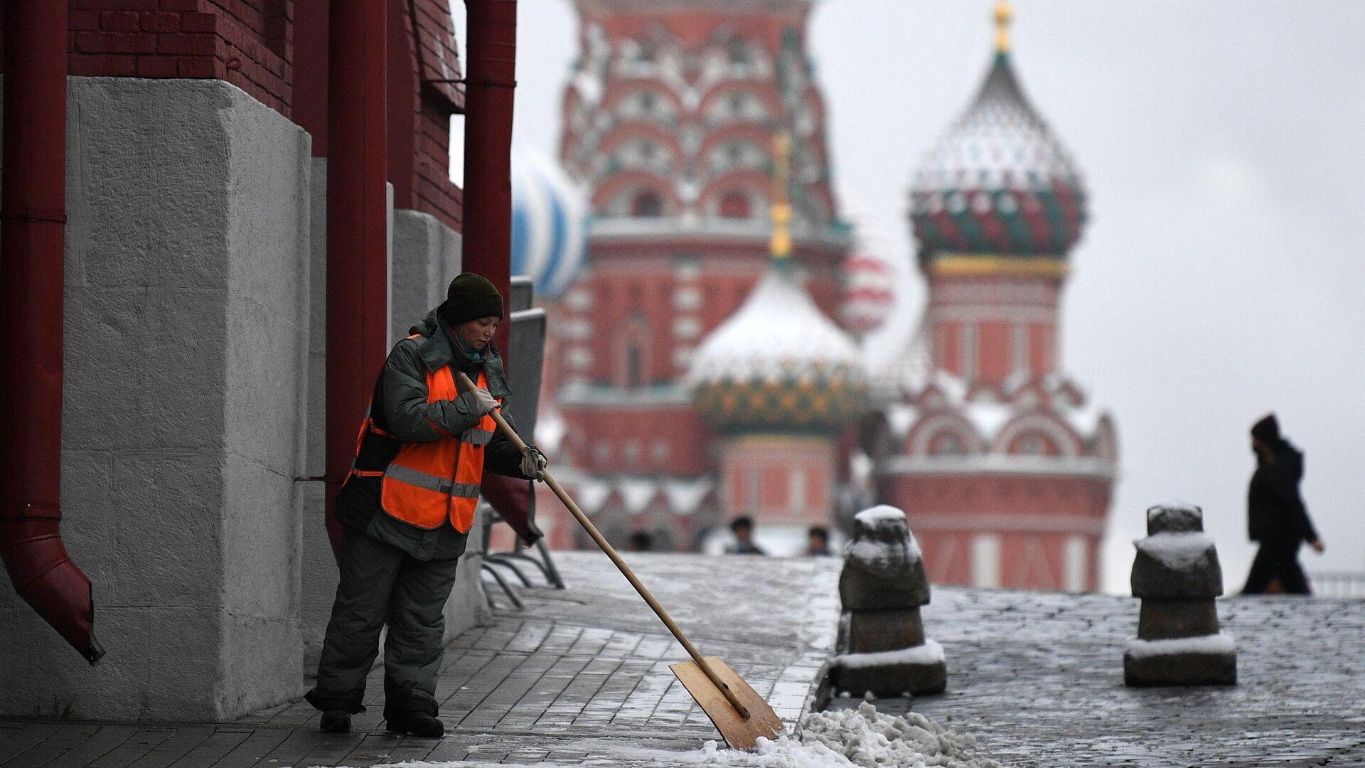 Сотрудник коммунальных служб во время уборки снега в Москве - РИА Новости, 1920, 29.11.2020