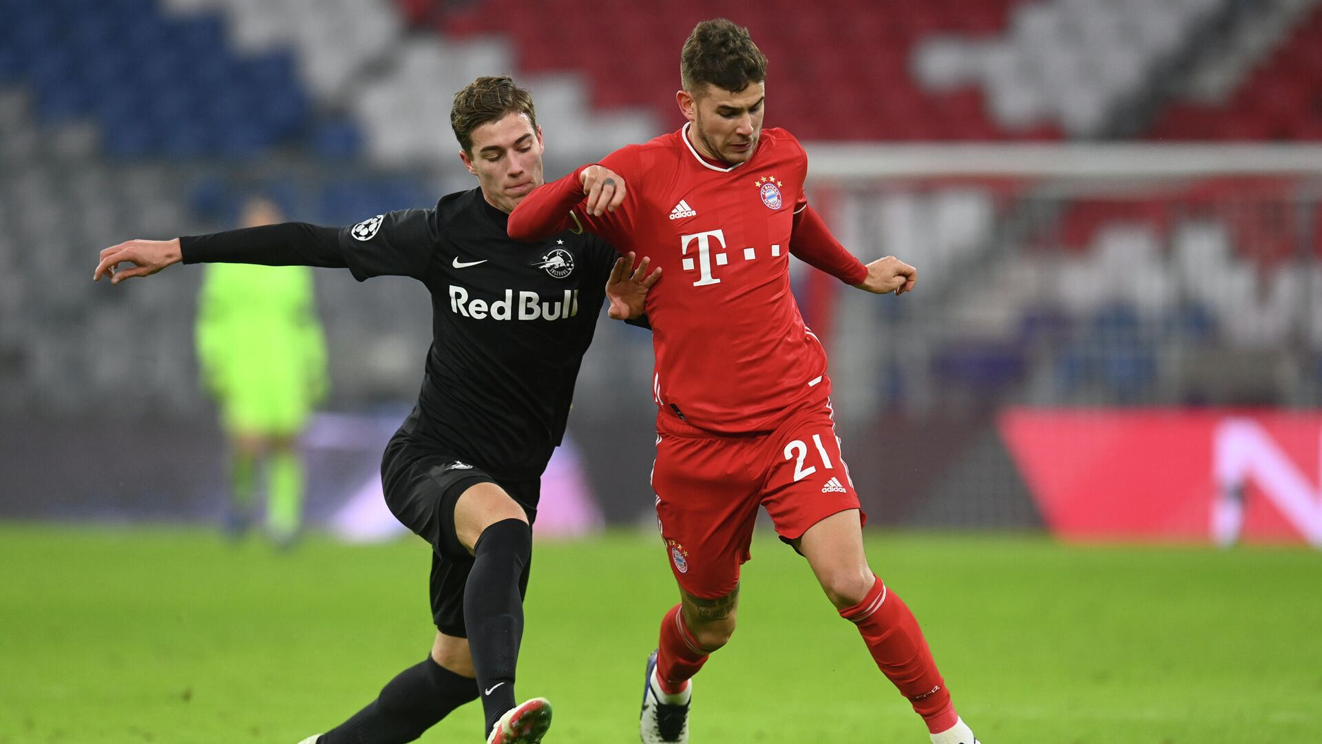 Salzburg's Croatian midfielder Luka Susic (L) and Bayern Munich's French defender Lucas Hernandez vie for the ball during the UEFA Champions League group A football match Bayern Munich v Salzburg in Munich, southern Germany on November 25, 2020. (Photo by CHRISTOF STACHE / AFP) - РИА Новости, 1920, 26.11.2020