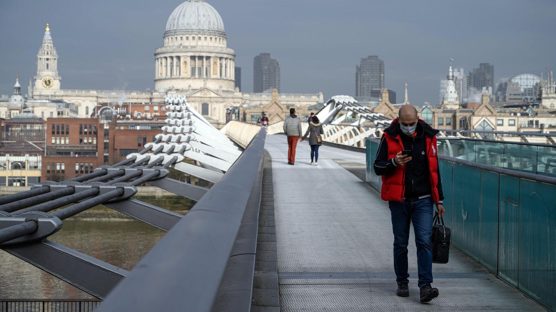 Прохожие на мосту Тысячелетия в Лондоне во время карантина, введенного в связи с коронавирусом - РИА Новости, 1920, 01.12.2020
