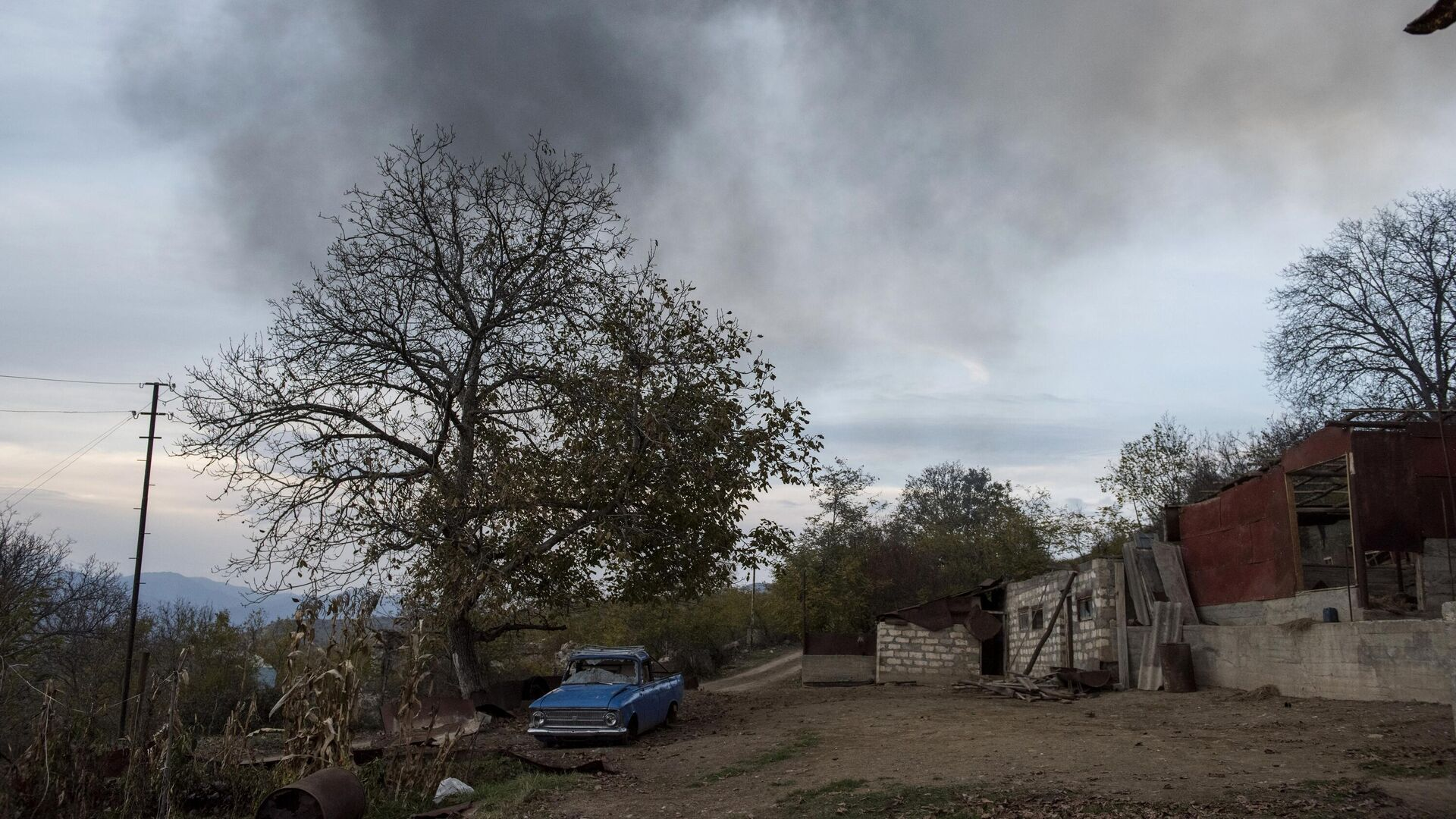 Разбитый автомобиль на улице в поселке Карегах в Нагорном Карабахе - РИА Новости, 1920, 26.11.2020