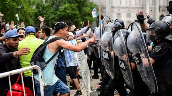 Столкновения болельщиков с полицией на церемонии прощания с Диего Марадоной