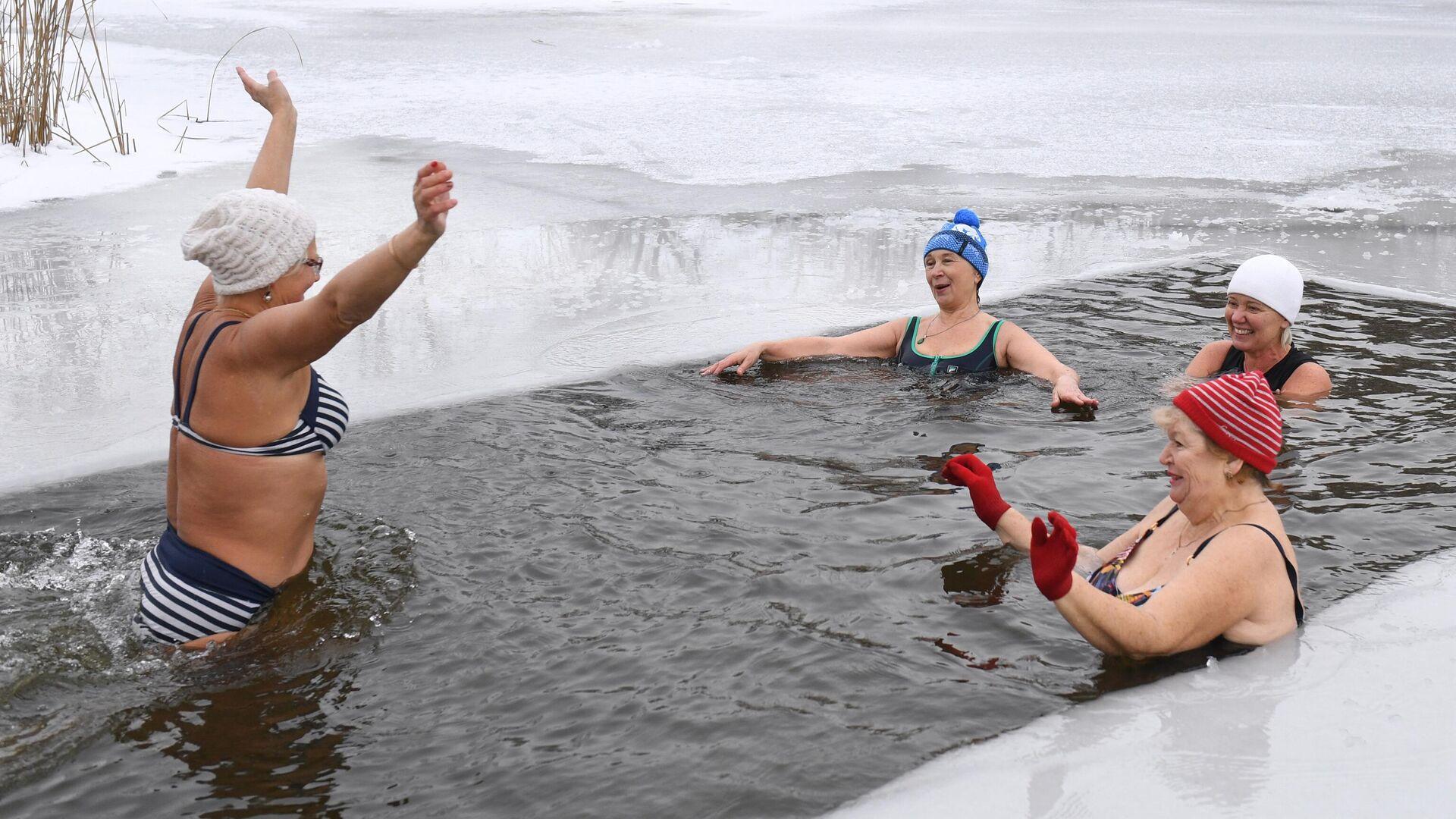 Члены клуба закаливания во время открытия сезона зимнего купания на озере Блюдце в Новосибирске - РИА Новости, 1920, 11.01.2021