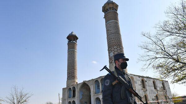 Азербайджанский полицейский у мечети Джума в Агдаме