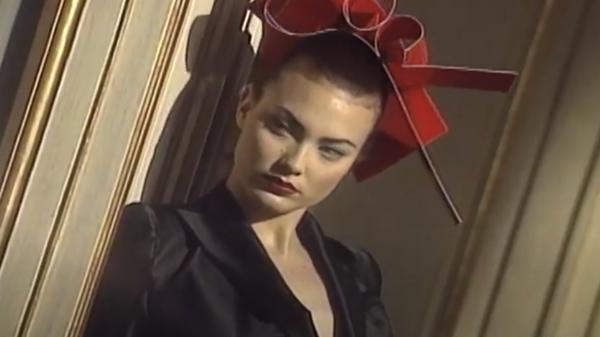Стоп-кадр видео показа мод Осень 1994 от Джона Гальяно