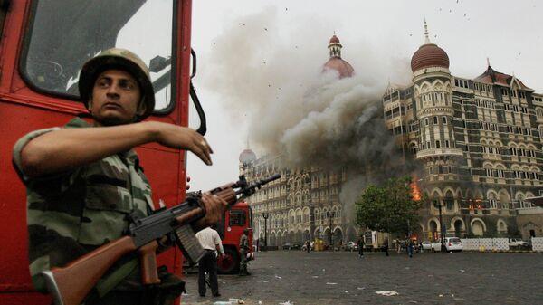 Индийский военный возле отеля Taj Hotel в Мумбаи, на который было совершено нападение