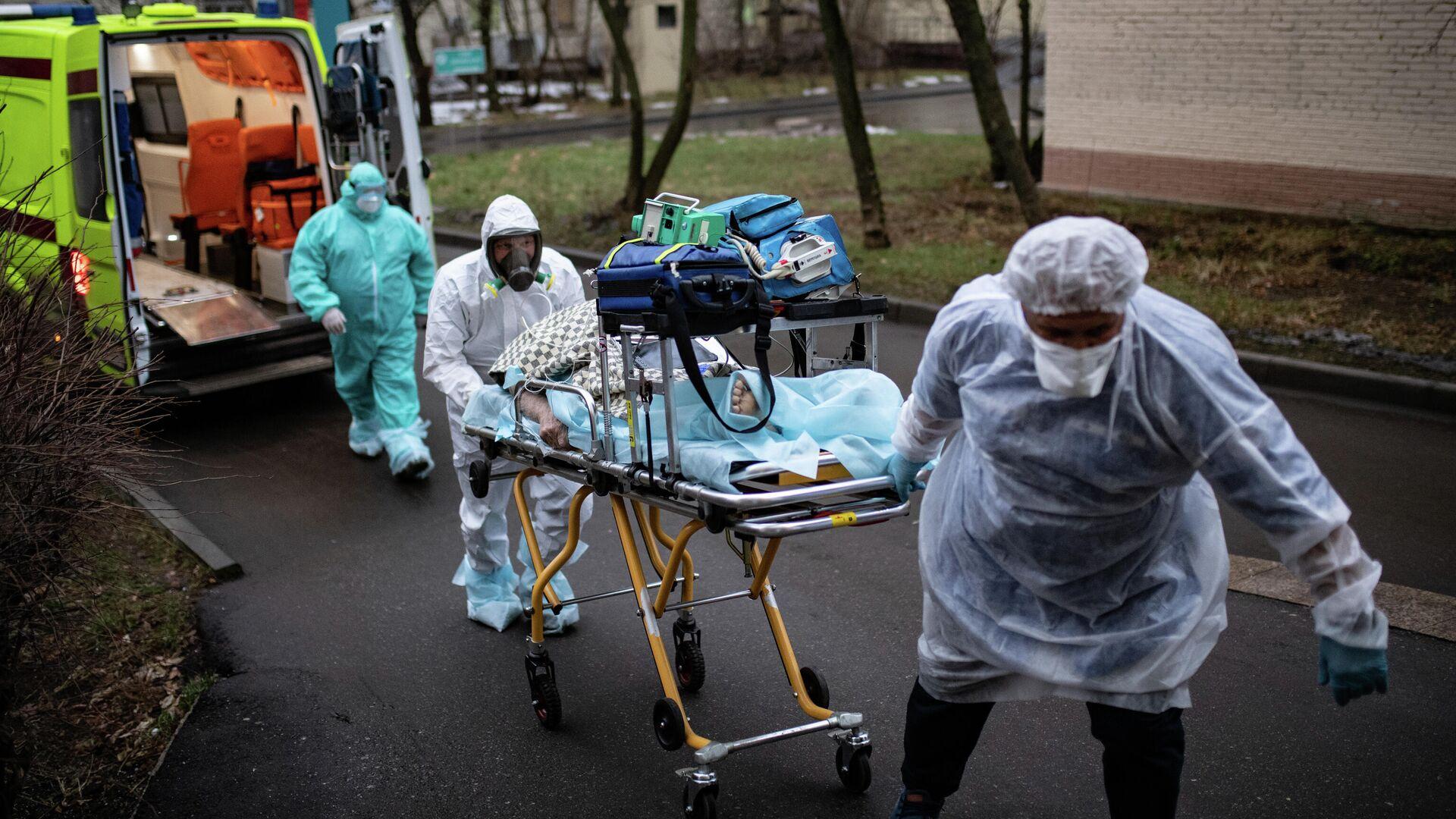 Медицинские работники доставляют пациента из машины скорой помощи в приемное отделение госпиталя COVID-19 в городской клинической больнице № 52 в Москве - РИА Новости, 1920, 03.12.2020