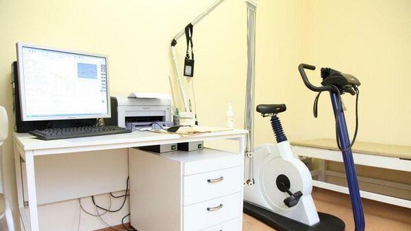 Велоэргометр для реабилитации пациентов с заболеваниями сердца, установленный в кардиологическом отделении больницы №23 города Ялуторовска Тюменской области