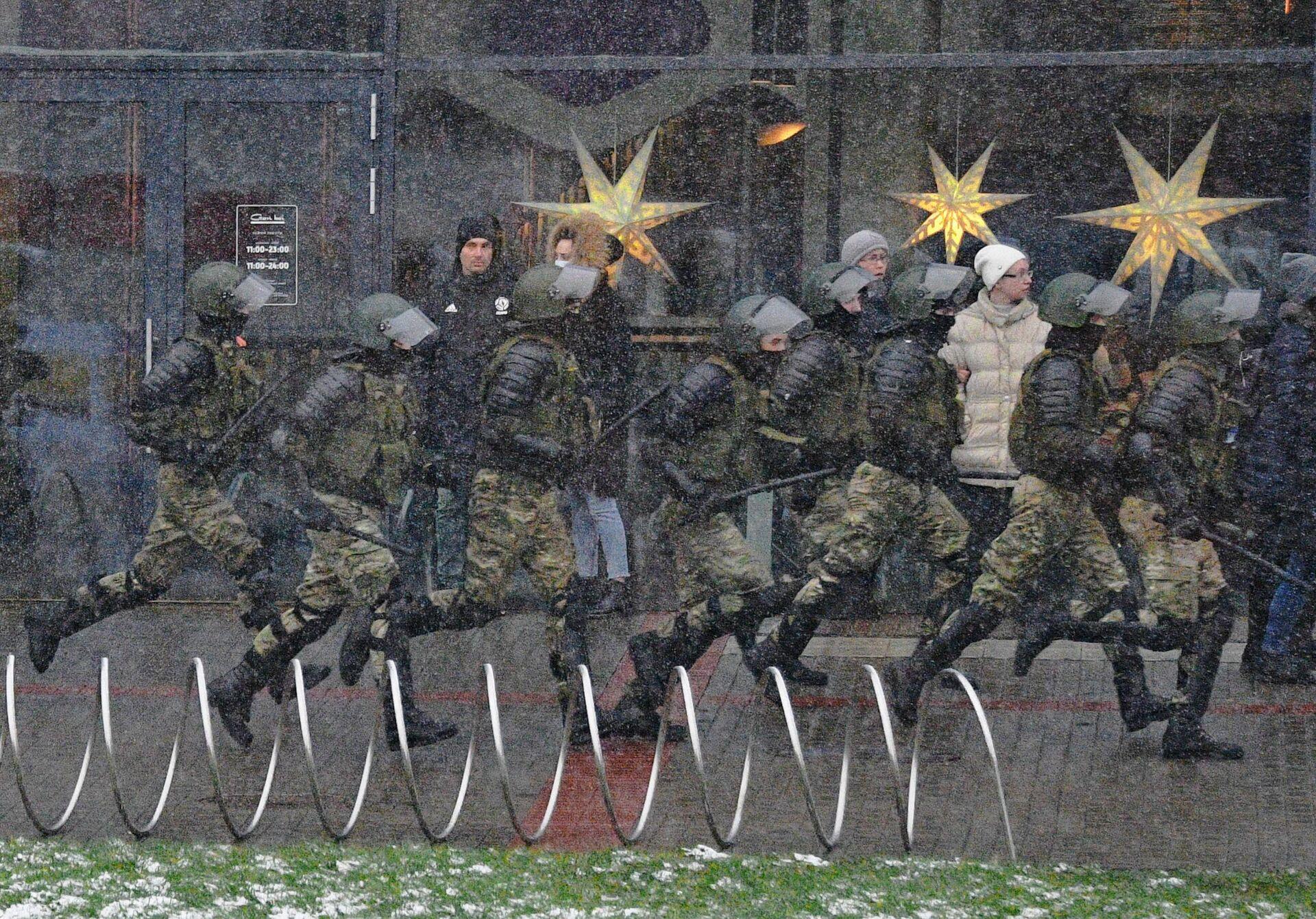 Сотрудники правоохранительных органов во время несанкционированной акции протеста Марш соседей в Минске - РИА Новости, 1920, 20.01.2021