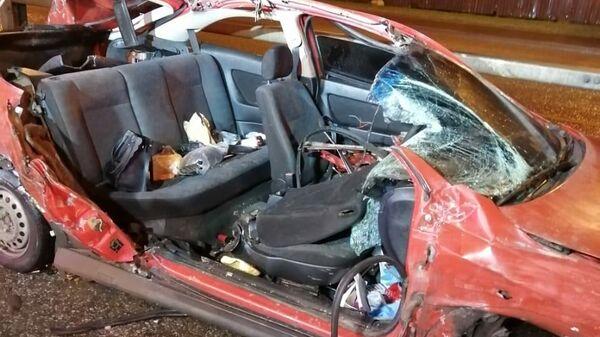 Легковой автомобиль врезался в припаркованную фуру на Симферопольском шоссе в Москве