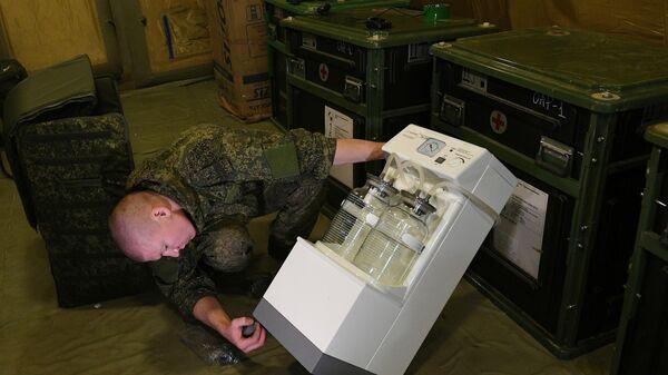 Российский военнослужащий проводит монтаж оборудования на территории мобильного полевого госпиталя неподалеку от Степанакерта