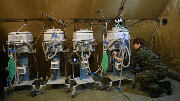 Российская военнослужащая проводит монтаж оборудования на территории мобильного полевого госпиталя неподалеку от Степанакерта