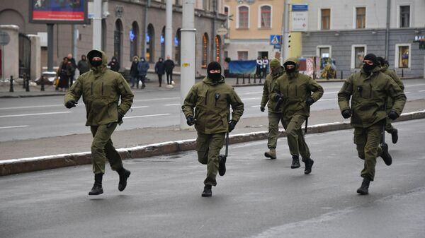 Сотрудники правоохранительных органов на акции протеста пенсионеров Марш мудрости в Минске