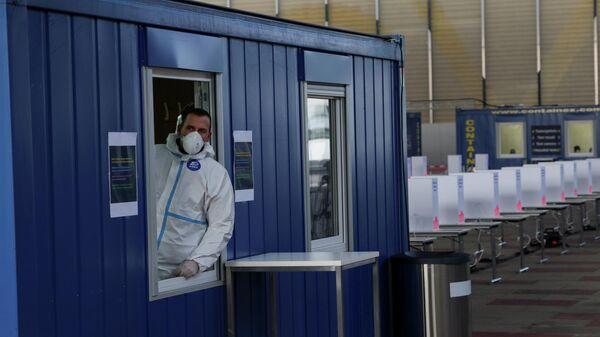 Медицинский работник в передвижной станции тестирования на антитела к коронавирусу в Вене, Австрия