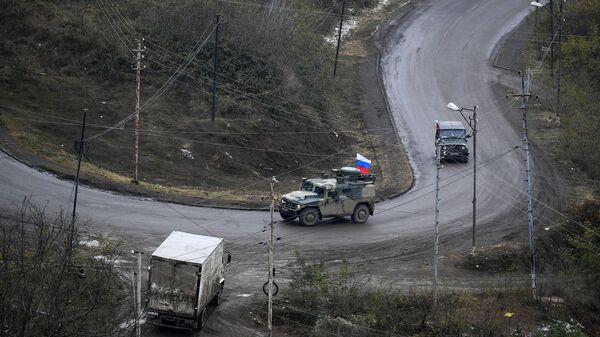 Автомобили российского миротворческого контингента на одной из улиц в городе Лачин (Бердзор)