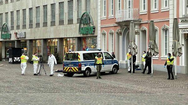 Сотрудники экстренных служб на месте наезда на пешеходов в городе Трир, Германия