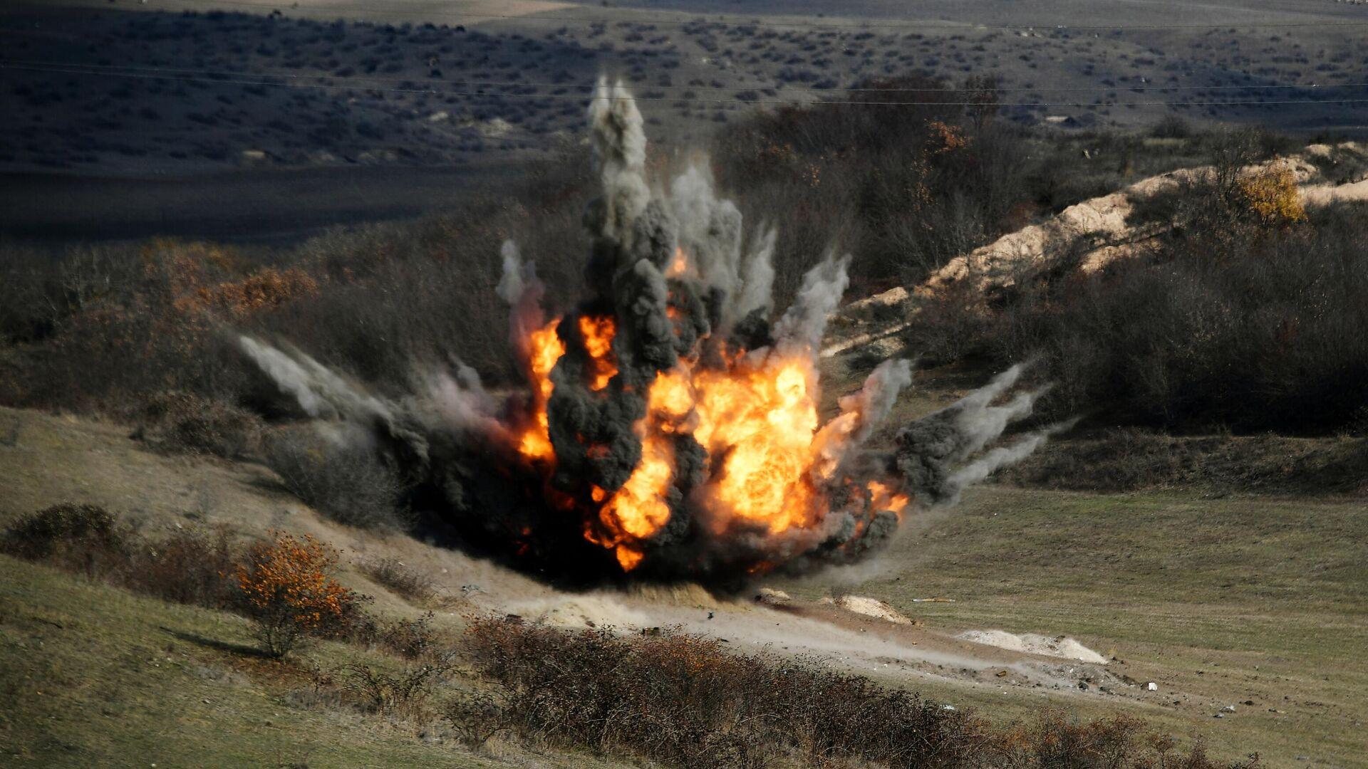 Подрыв боеприпасов, найденных во время разминирования местности в районах Нагорного Карабаха специалистами Международного противоминного центра Министерства обороны РФ - РИА Новости, 1920, 02.12.2020