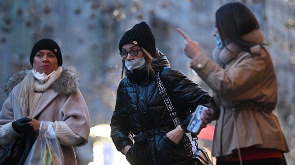 Девушки в защитных масках на улице в Москве