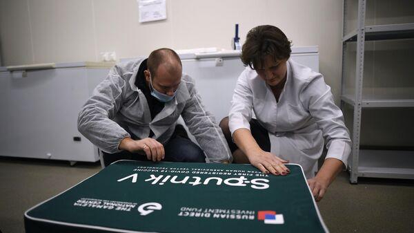 Сотрудники упаковывают вакцину Sputnik V от COVID-19 для отправки в Сербию в Национальном центре эпидемиологии и микробиологии имени Н. Гамалеи