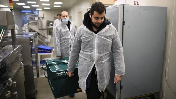 Контейнер с вакциной Sputnik V от COVID-19 в Национальном центре эпидемиологии и микробиологии имени Н. Гамалеи в Москве