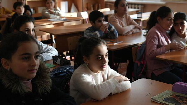 Учащиеся во время урока в общеобразовательной школе №8 Степанакерта