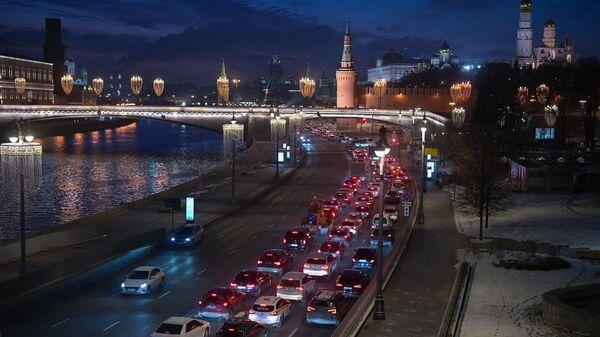 Пробка на Москворецкой набережной в Москве