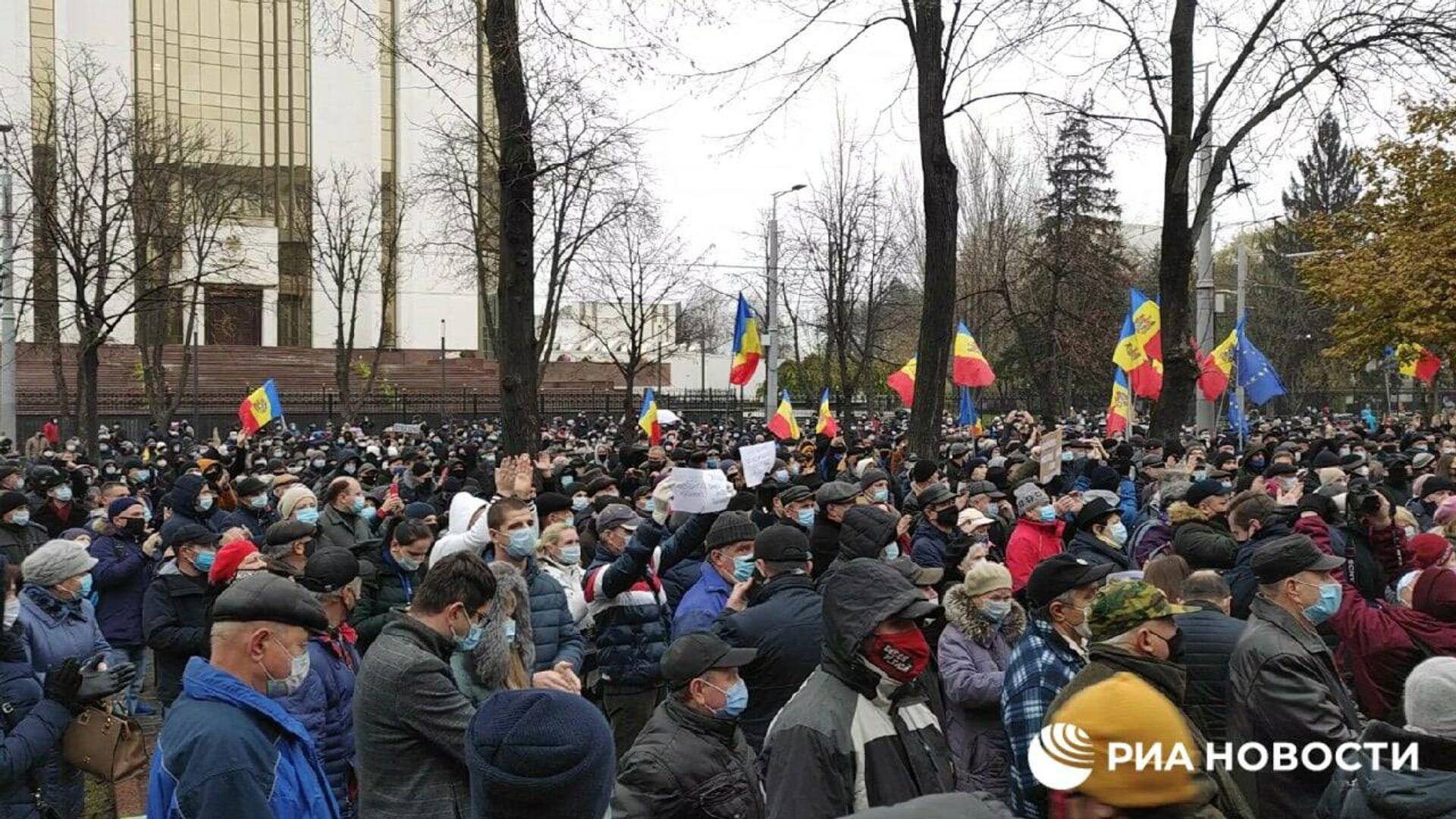 Сторонники Майи Санду собрались во время акции протеста перед зданием парламента в центре Кишинева - РИА Новости, 1920, 03.12.2020