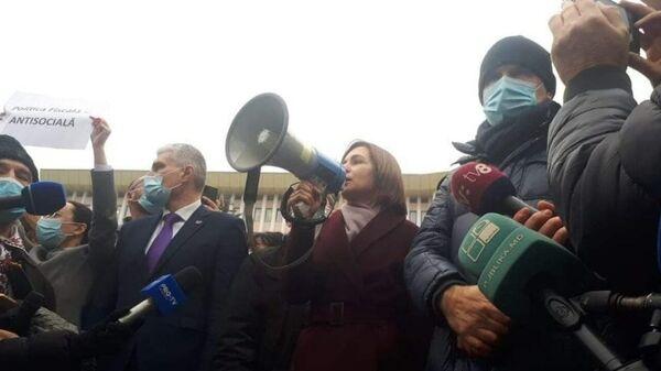 Избранный президент Молдавии Майя Санду выступает перед протестующими в центре Кишинева