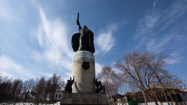 Памятник Илье Муромцу в городском парке на берегу Оки в городе Муроме