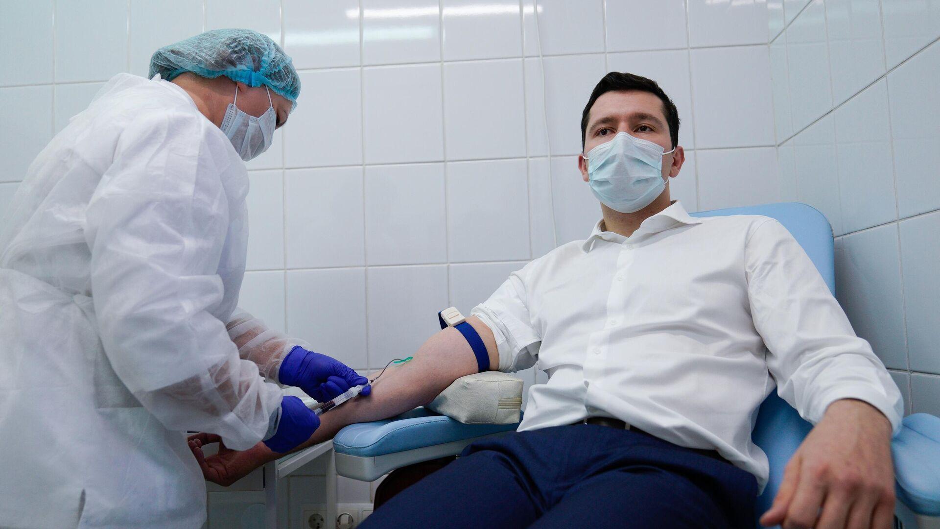 Губернатор Калининградской области Антон Алиханов сдает кровь перед вакцинацией от коронавируса в Калининграде - РИА Новости, 1920, 03.12.2020