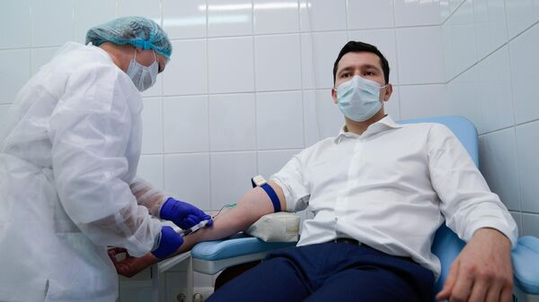Губернатор Калининградской области Антон Алиханов сдает кровь перед вакцинацией от коронавируса в Калининграде