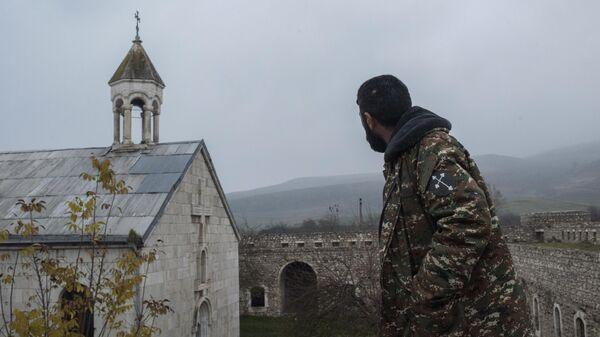 Мужчина возле монастыря Амарас в селе Мачкалашен Мартунинского района в Нагорном Карабахе