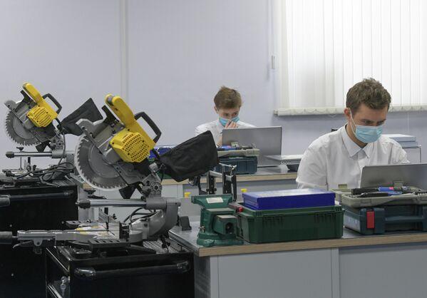 Студенты Сургутского политехнического колледжа тренируются в мастерской Промышленная автоматика