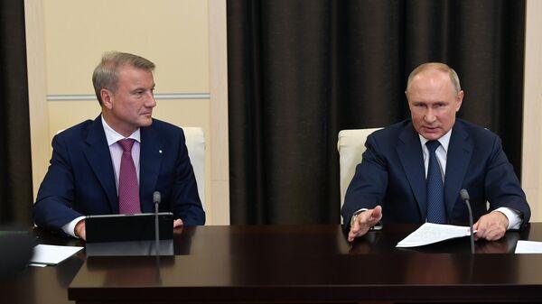 Президент РФ Владимир Путин и президент, председатель правления Сбербанка РФ Герман Греф во время участия в пленарном заседании международной онлайн-конференции по искуственному интеллекту
