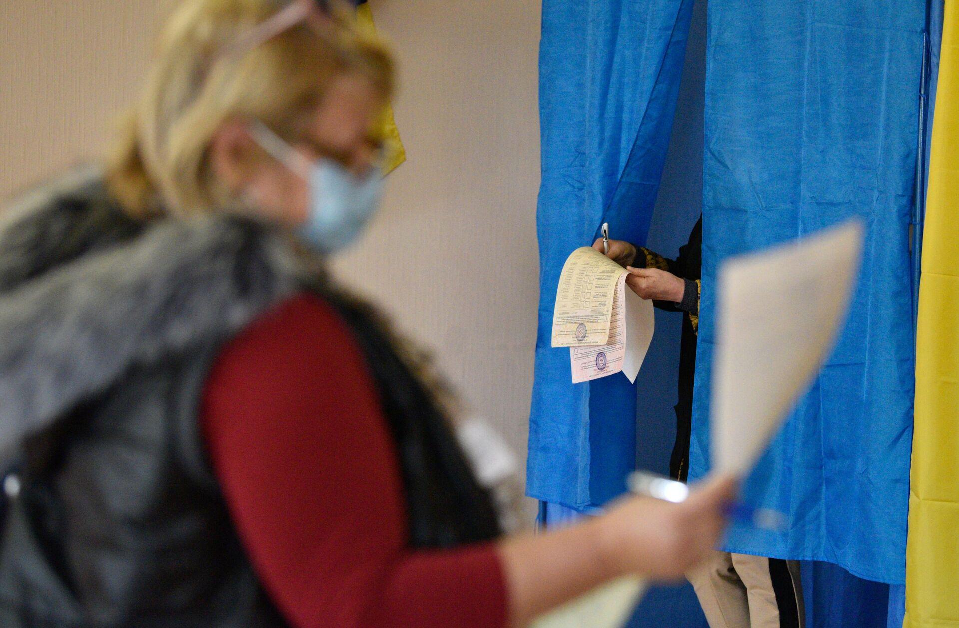 Избиратели голосуют на одном из избирательных участков в Киеве - РИА Новости, 1920, 04.12.2020