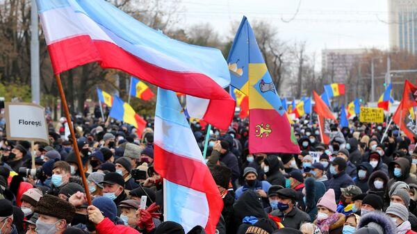 Участники антиправительственной акции, требующие проведения досрочных выборов парламента и отставки кабмина, у здания парламента в Кишиневе