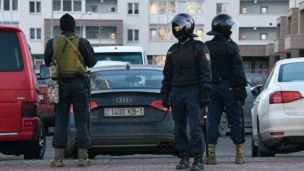 Сотрудники правоохранительных органов во время задержания людей, подозреваемых в участии в акции протеста в Минске