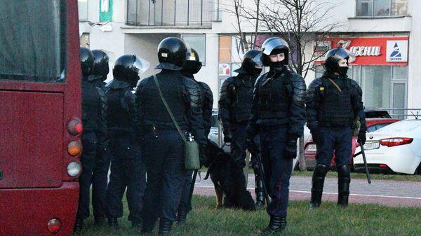 Сотрудники правоохранительных органов во время несанкционированной акции протеста в Минске