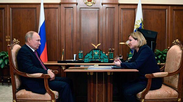 Президент РФ Владимир Путин и министр культуры РФ Ольга Любимова во время встречи