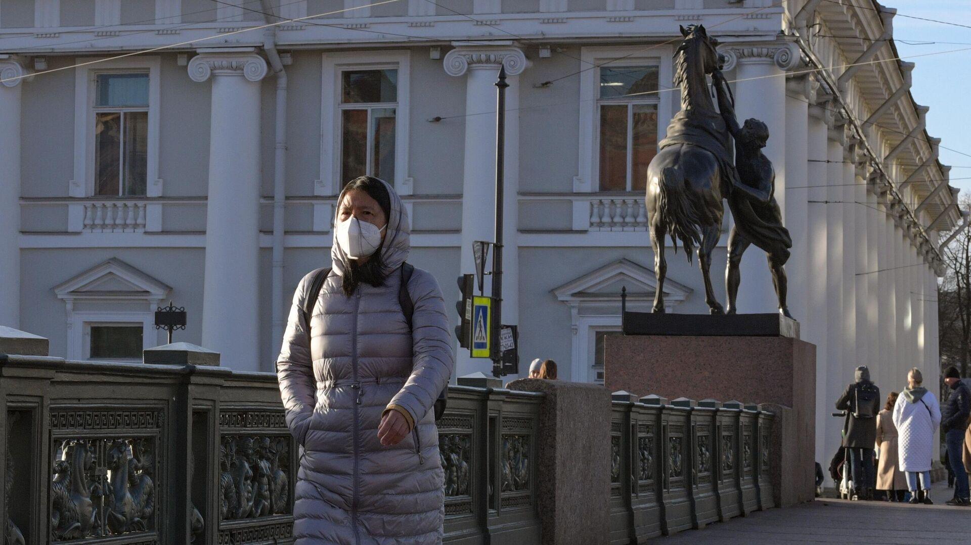 Девушка в маске на Невском проспекте в Санкт-Петербурге - РИА Новости, 1920, 01.03.2021