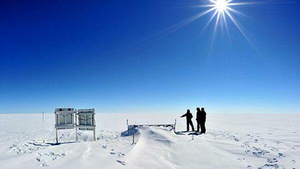Сейсмическая станция на ледниковом щите Гренландии, установленная авторами исследования