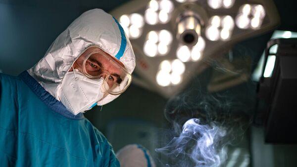 Хирург во время операции в операционном блоке городской клинической больнице №15 имени О. М. Филатова в Москве
