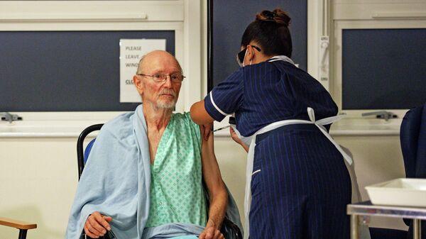 Британец Уильям Шекспир во время вакцинации вакциной Pfizer/BioNTech в университетской больнице в Ковентри