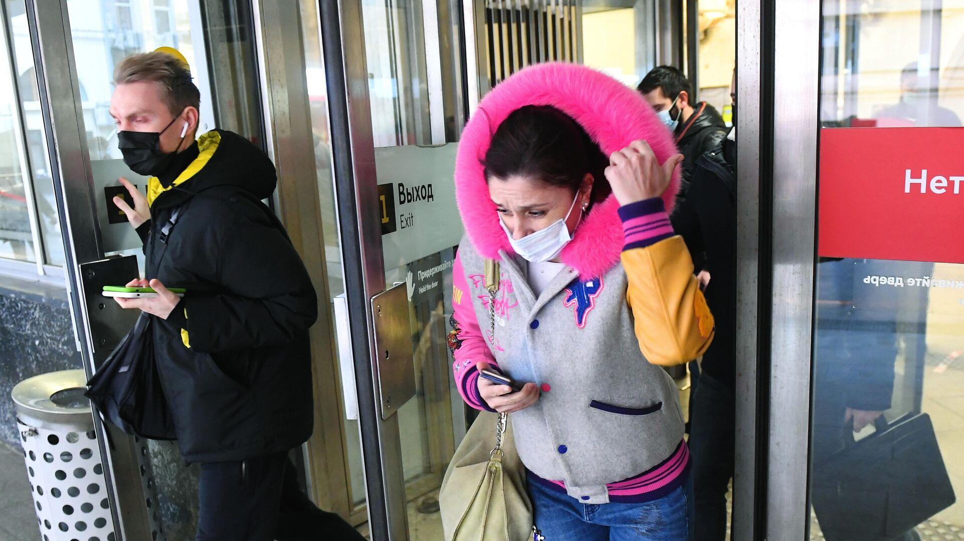 Люди в защитных масках выходят с одной из станций Московского метрополитена - РИА Новости, 1920, 09.12.2020