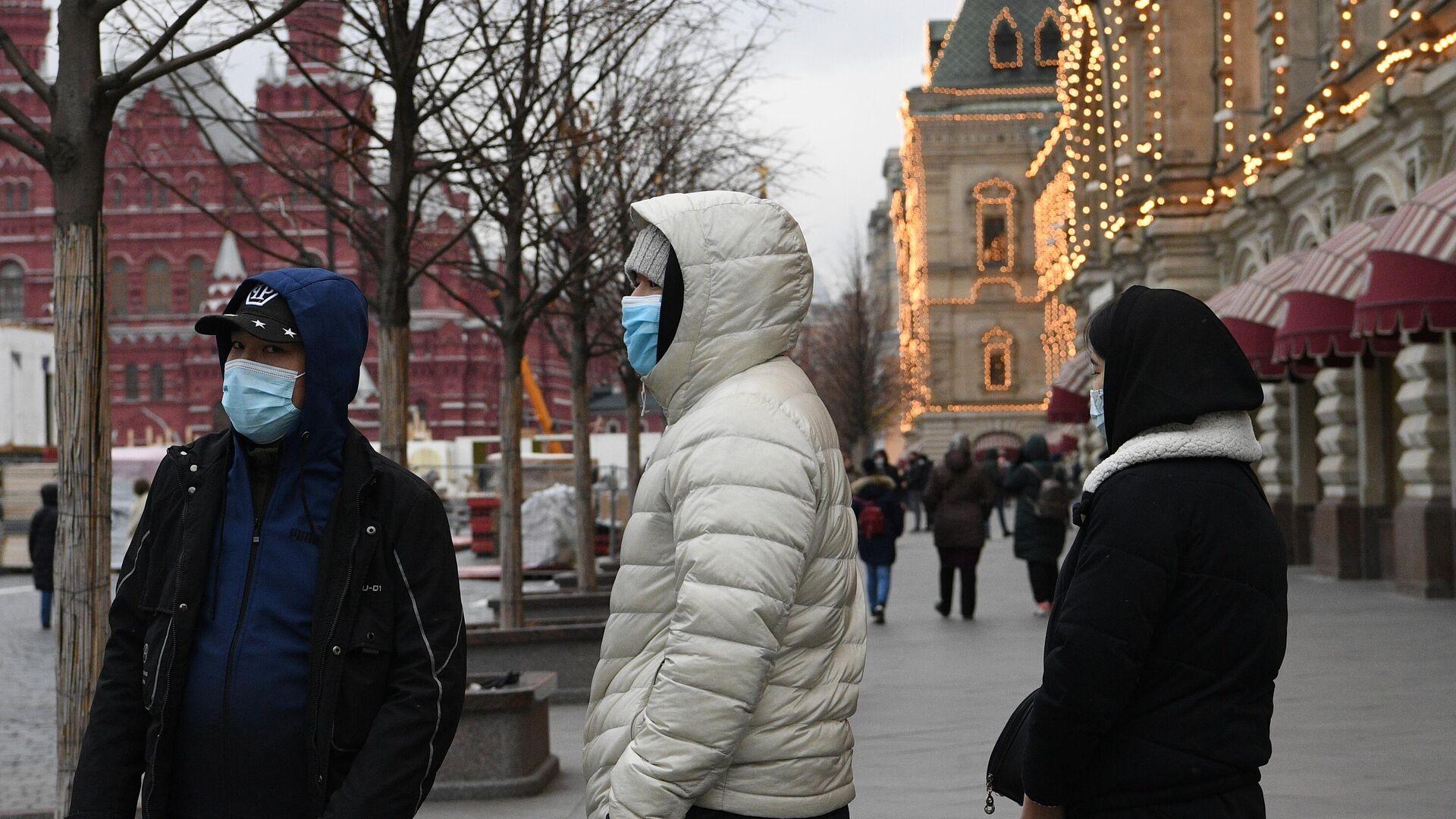 Молодые люди в защитных масках на Красной площади в Москве - РИА Новости, 1920, 14.12.2020