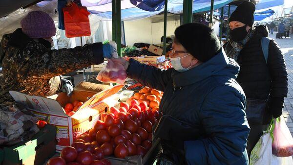 Продажа помидоров на Преображенском рынке в Москве
