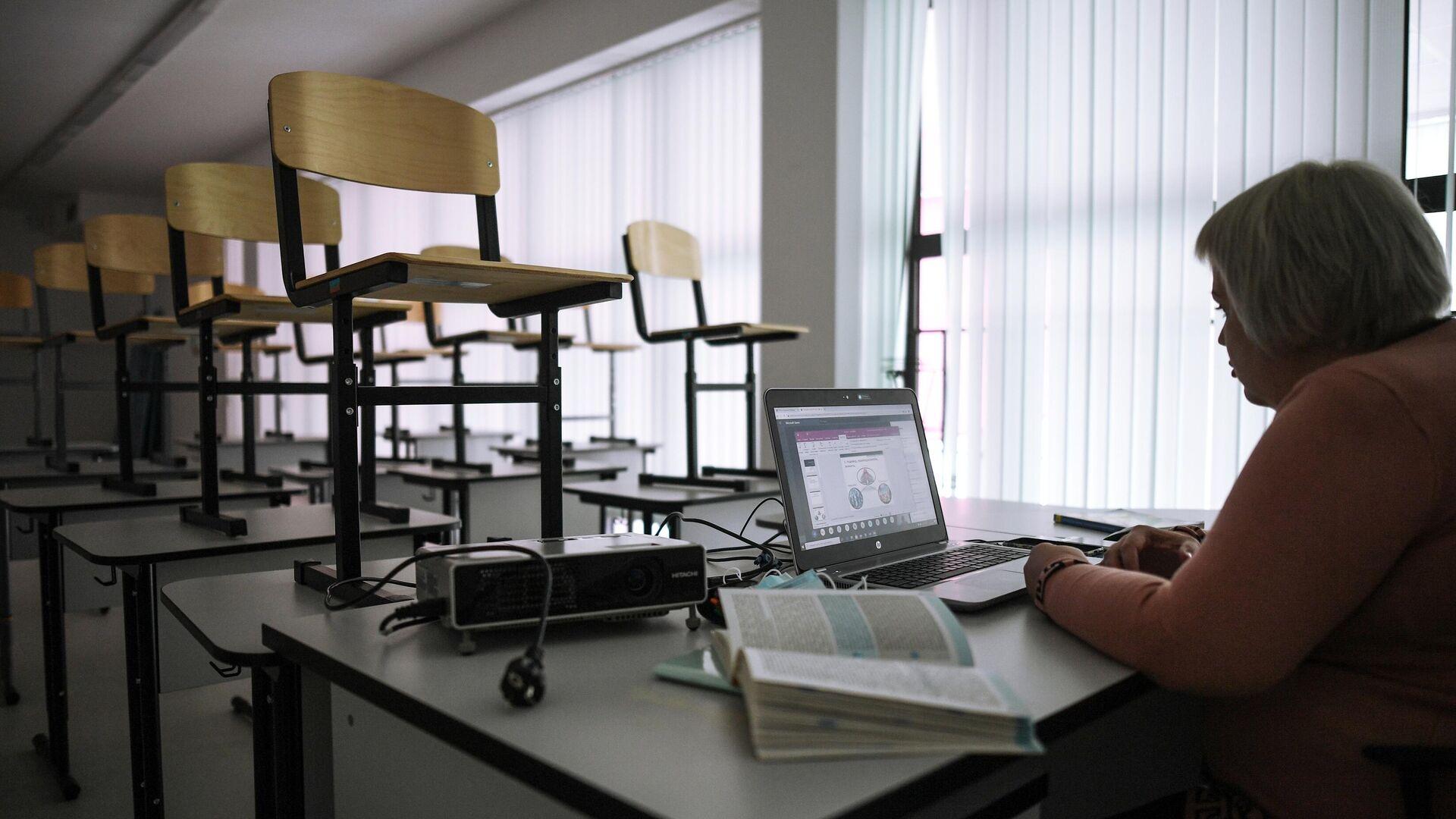Учительница во время онлайн урока в одной из школ в Москве - РИА Новости, 1920, 29.12.2020
