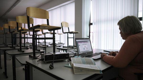 Учительница во время онлайн урока в одной из школ в Москве