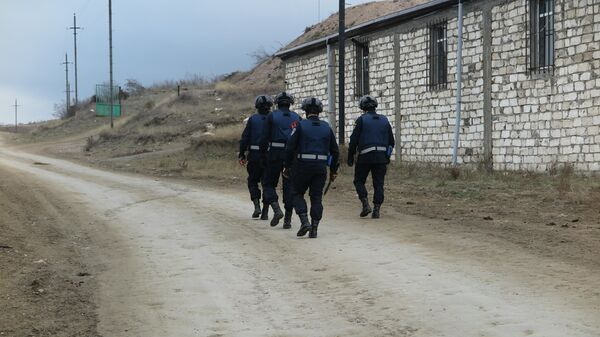 Пиротехники МЧС России проводят разминирование в районе села Очапняк в пригороде Степанакерта